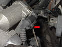 Remove the connector for the electronic throttle body by releasing the clip with a small screwdriver (red arrow) and pulling the connection straight off.