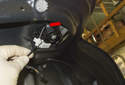 Lock cylinder: Then pull the cable mount out of the lock cylinder, by detaching the cable end from the lever (red arrow).