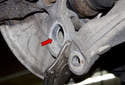 Thoroughly clean the ball joint mounting bore (red arrow).