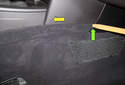 Working at the right side of the center console, lever the carpet trim panel in the gap (green arrow) in the direction of the yellow arrow.