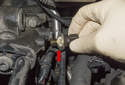 Oil pressure sensor: Then unscrew the sensor by hand (red arrow).