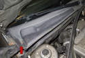 Lift up the wiper cowl and support it in this position using a small piece of wood or screwdriver (red arrow).