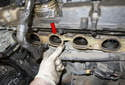 Before installing, replace the intake manifold gasket (red arrow).