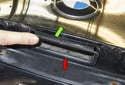 При установке новой спусковой кнопки установите жгут проводов и убедитесь, что он доступен из внутренней части крышки багажника.