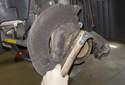 Очистите ступицу колеса с помощью проволочной щетки.