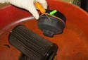 8-cylinder engine: Using a small flat head screwdriver, remove the O-ring from the oil filter cover (green arrow).