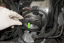 8-cylinder engine: When removing the duct, be sure not to misplace the rubber duct seal (green arrow).
