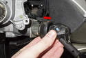 Once the lock cylinder has been released, pull it out of the steering column (red arrow).