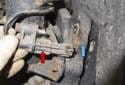 Front sensor: Slide the sensor (red arrow) out of the wheel hub (blue arrow).
