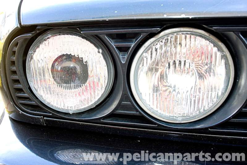 These later US-market headlights have replaceable bulbs that provide better illumination than the usual US-market sealed beams