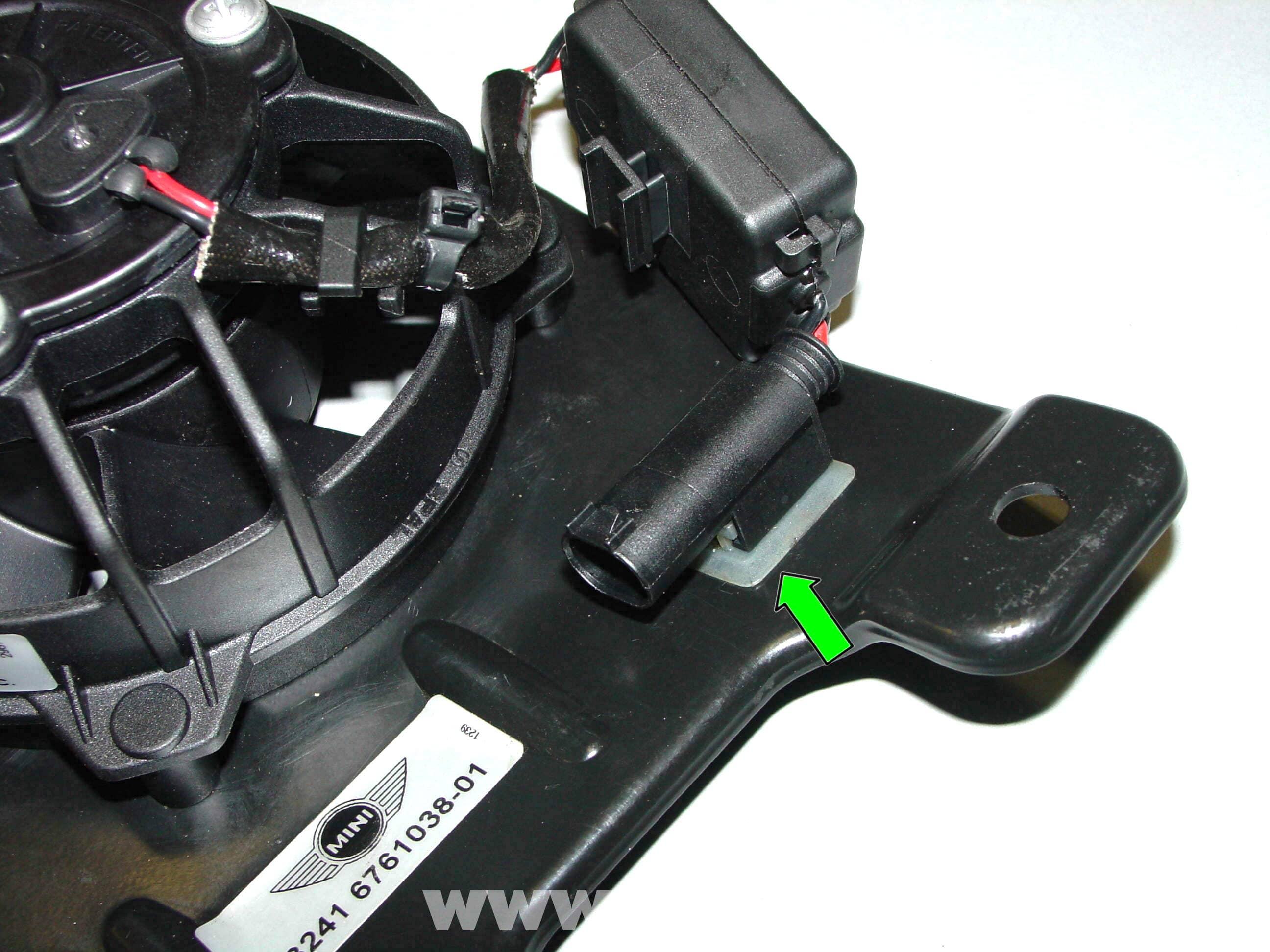 pic07 mini cooper power steering fan replacement (r50 r52 r53 2001 2006 Mini Switch Wiring Diagram at webbmarketing.co