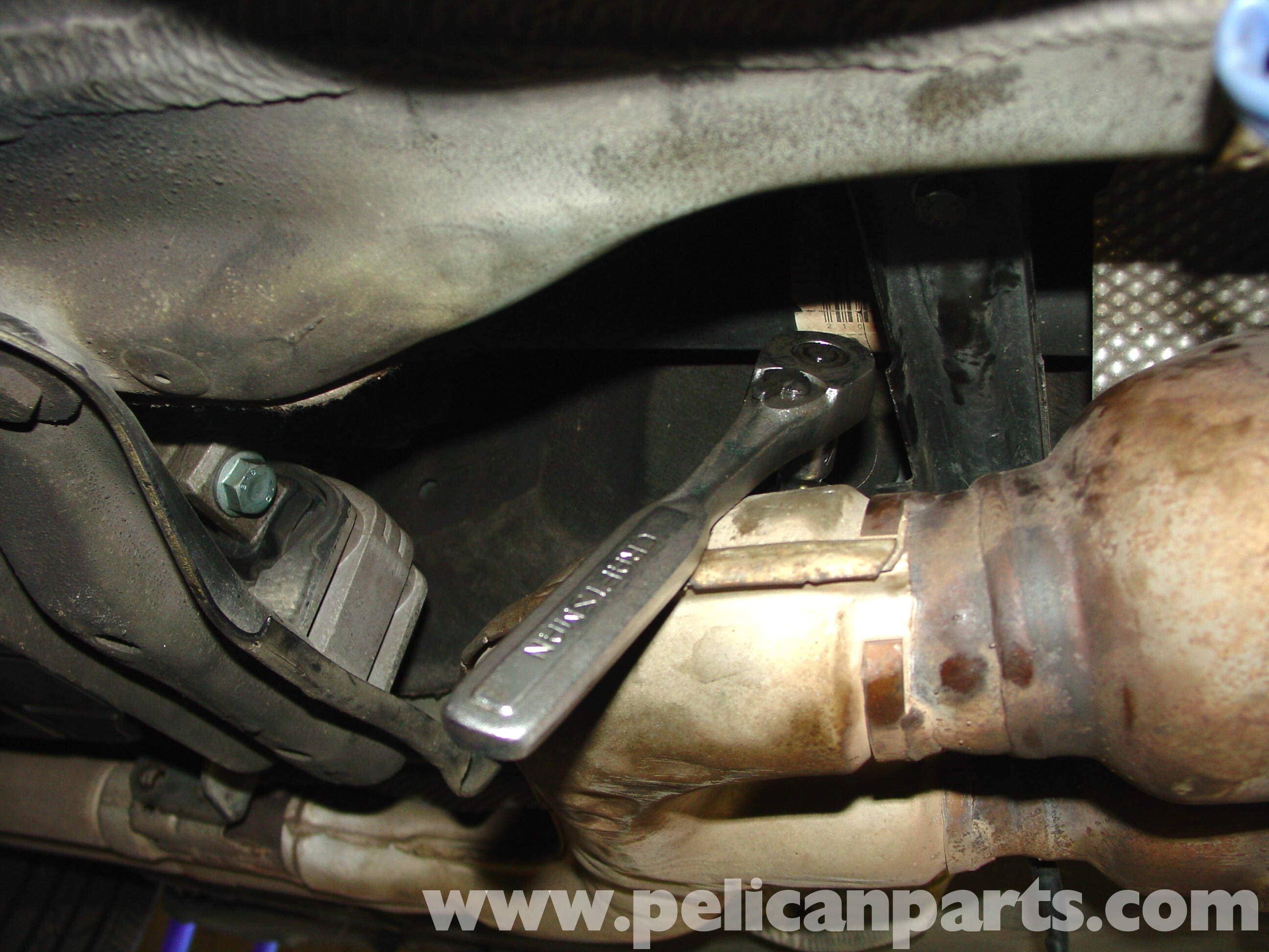 pic06 mercedes benz w210 oxygen sensor replacement (1996 03) e320, e420  at bakdesigns.co