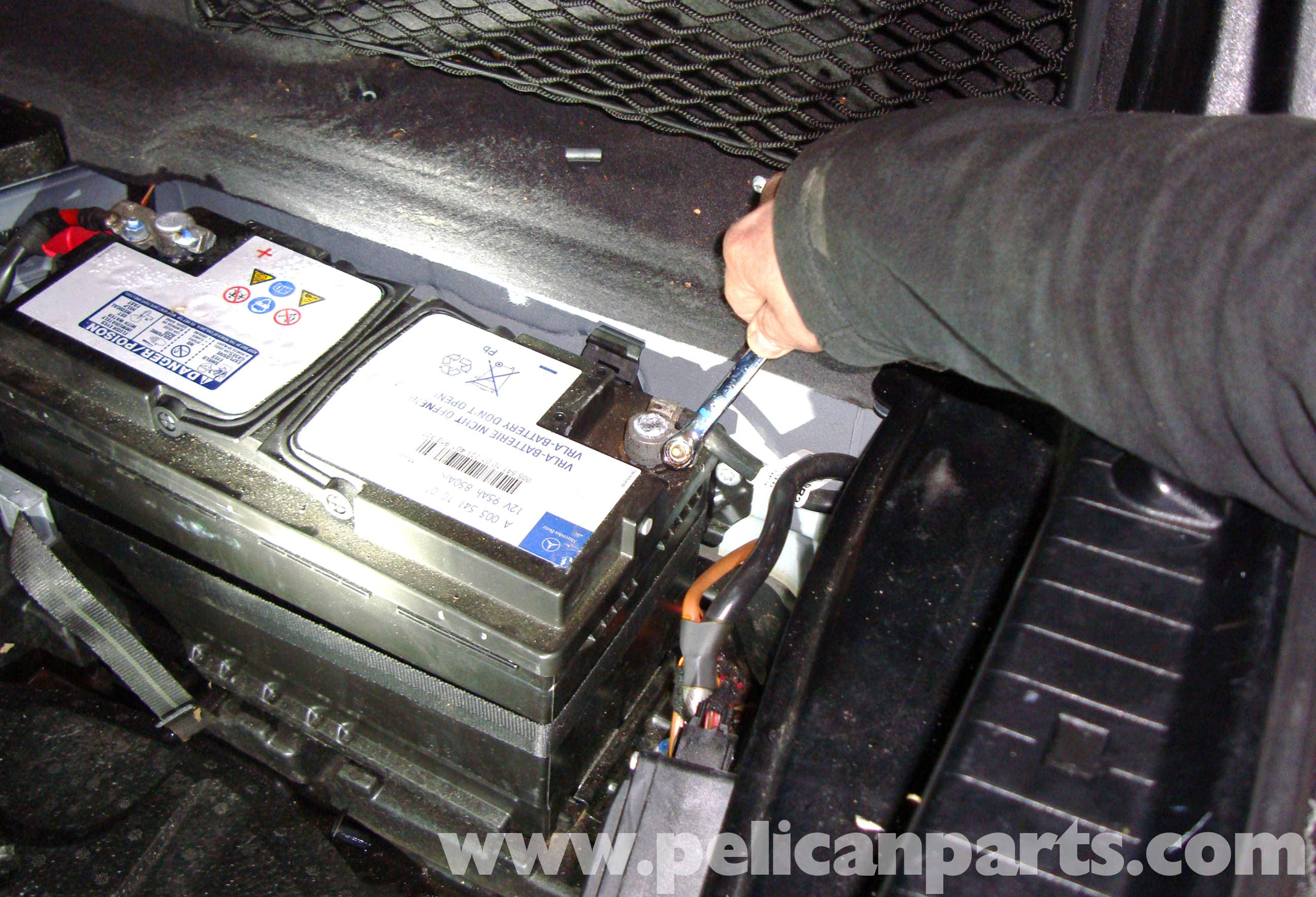 Mercedes-Benz E-Class: Changing the battery