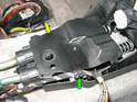 Pull the wiring harness for the window switches out of the clip on the shift housing (green arrow) and remove the black plastic cover (yellow arrow).