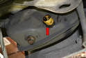 Clean the outlet of the oil tank (red arrow).